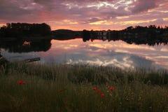 Paisaje pintoresco de la puesta del sol en el seeon del lago, orilla del lago con el po rojo Foto de archivo libre de regalías