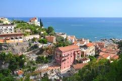 Paisaje pintoresco de la yegua del sul del vietri en la costa de Amalfi, Italia foto de archivo