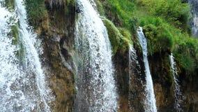 Paisaje pintoresco de las cascadas en parque nacional de los lagos Plitvice almacen de video