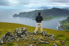 Paisaje pintoresco de Noruega con el turista. Foto de archivo libre de regalías