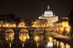 Paisaje pintoresco de St Peters Basilica sobre Tíber en Roma, Italia Imagenes de archivo