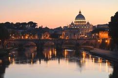Paisaje pintoresco de St Peters Basilica sobre Tíber en Roma, Italia Imagen de archivo