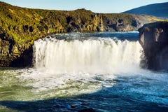 Paisaje pintoresco de una cascada de la montaña y de un na tradicional Fotografía de archivo libre de regalías