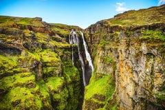 Paisaje pintoresco de una cascada de la montaña y de un na tradicional Fotos de archivo libres de regalías