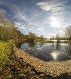 Paisaje pintoresco del otoño con las hojas en el agua Foto de archivo libre de regalías