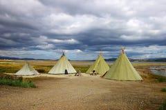 Paisaje pintoresco del otoño con las tiendas de los indios norteamericanos Fotos de archivo