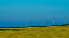 Paisaje - polos del cielo, del campo y de la electricidad imagen de archivo libre de regalías