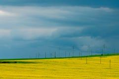 Paisaje - polos del cielo, del campo y de la electricidad fotos de archivo libres de regalías