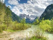 Paisaje precioso de la naturaleza con los picos rocosos sobre el lago hermoso Fotos de archivo libres de regalías