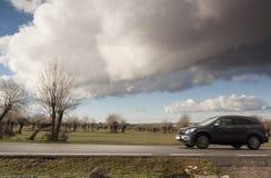Paisaje primaveral, en Segovia, España del carretera y Bosque del en del vehÃculo Fotografía de archivo