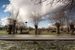 Paisaje primaveral, en Segovia, España del carretera y Bosque del en del vehÃculo Imágenes de archivo libres de regalías