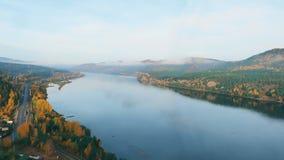 Paisaje que pasa por alto el río y el cielo con las nubes, timelapse metrajes