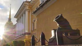 Paisaje que sorprende de la fachada beige del edificio del Ministerio de marina con la columnata y el cañón almacen de metraje de vídeo