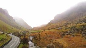 Paisaje que sorprende del parque nacional de Snowdonia en País de Gales en un día brumoso almacen de metraje de vídeo
