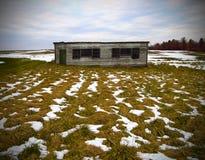 Paisaje rústico del invierno de la cabaña Imágenes de archivo libres de regalías