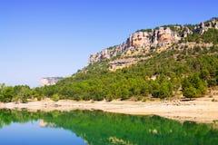 Paisaje rocoso con el lago de las montañas foto de archivo libre de regalías