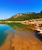 Paisaje rocoso con el lago de las montañas foto de archivo