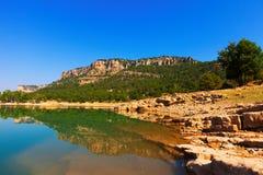 Paisaje rocoso con el lago de las montañas imagen de archivo
