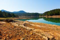 Paisaje rocoso con el lago de las montañas en verano fotografía de archivo
