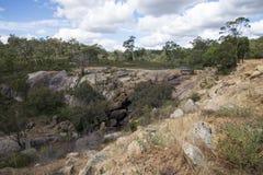 Paisaje rocoso de John Forrest National Park cerca de la cascada Foto de archivo libre de regalías