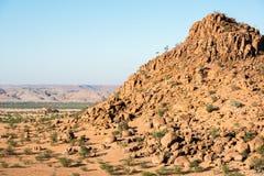 Paisaje rocoso de Namibia con los cantos rodados enormes y los árboles verdes imagen de archivo libre de regalías