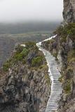 Paisaje rocoso del acantilado con las escaleras antiguas en un día de niebla Fotos de archivo libres de regalías