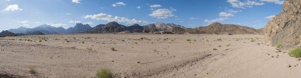 Paisaje rocoso del desierto con las montañas Fotos de archivo