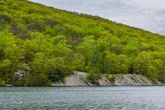 Paisaje rocoso a lo largo del lago hessian, en el parque de estado de la monta?a del oso, Nueva York foto de archivo