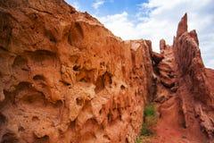 Paisaje rojo de las montañas de la roca Paisaje de la montaña rocosa Ciérrese encima de los agujeros Tops de la montaña en el fon fotografía de archivo