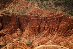 Paisaje rojo de las montañas de la roca Paisaje de la montaña rocosa Montañas del rojo de Altai Tops de la montaña en el fondo imagenes de archivo
