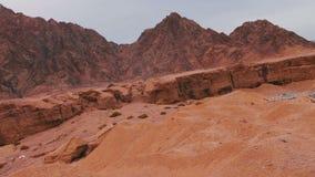 Paisaje rojo del desierto de las montañas de Sinaí almacen de metraje de vídeo