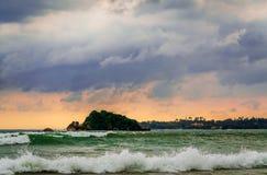 Paisaje romántico de la playa de Weligama con puesta del sol asombrosa Foto de archivo