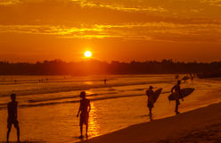 Paisaje romántico de la playa de Weligama con puesta del sol asombrosa Fotografía de archivo