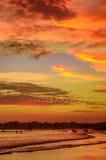 Paisaje romántico de la playa de Weligama con puesta del sol asombrosa Foto de archivo libre de regalías