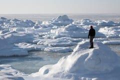 Paisaje ártico, hombre en el fiordo congelado Imagenes de archivo