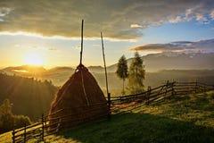 Paisaje rumano de la salida del sol de Transilvania sobre las colinas en el salvado Pestera Foto de archivo libre de regalías