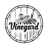 Paisaje rural con el chalet, el viñedo, el barril de madera, los campos y las colinas Ejemplo blanco y negro del vector del vinta Foto de archivo libre de regalías