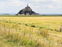 Paisaje rural con la abadía de santo-Miguel del mont Foto de archivo libre de regalías