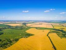 Paisaje rural con los campos del pueblo y de cereal Imagen de archivo