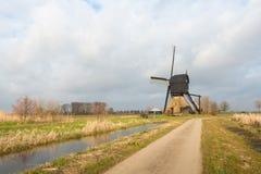Paisaje rural con un molino de viento histórico Fotos de archivo libres de regalías