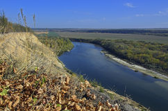 Paisaje rural con un río Foto de archivo libre de regalías