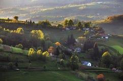 Paisaje rural de la colina de la primavera verde, Eslovaquia Imagen de archivo