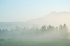 Paisaje rural de la mañana de niebla Fotos de archivo libres de regalías