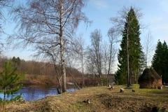 Paisaje rural de la primavera con los pajares cerca del río Imagenes de archivo
