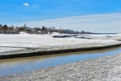 Paisaje rural de la primavera por el río Berdsk, oblast de Novosibirsk, Imagen de archivo libre de regalías