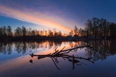 Paisaje rural de la salida del sol del verano con el río y el cielo colorido dramático imagen de archivo