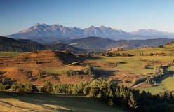 Paisaje rural de las colinas de la primavera verde, Eslovaquia Imagen de archivo libre de regalías