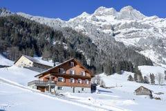 Paisaje rural del invierno de Engelberg en las montañas suizas Imagenes de archivo