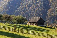 Paisaje rural del otoño en las montañas fotografía de archivo