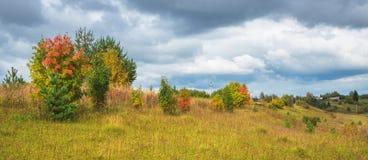 Paisaje rural del otoño hermoso día nublado Panorama Imagen de archivo libre de regalías